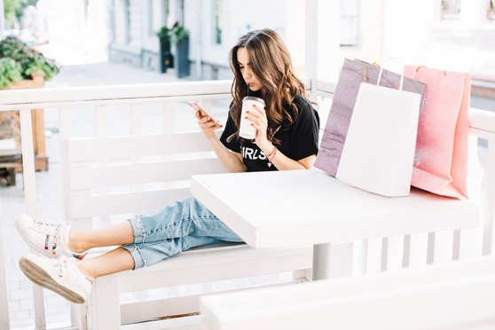 Femme optant pour le Click and Collect